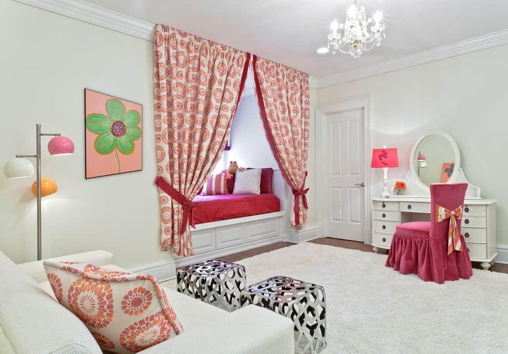 Помимо штор, дополнить интерьер помогут и другие элементы декора, например оригинальная картина или стильный торшер