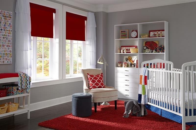 Красный цвет римских штор великолепно подойдет для интерьера маленькой принцессы