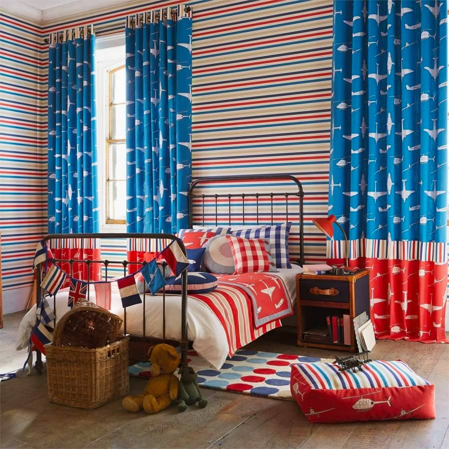 При хорошем освещении (желательно естественном) нарядные шторы будут придавать особую атмосферу
