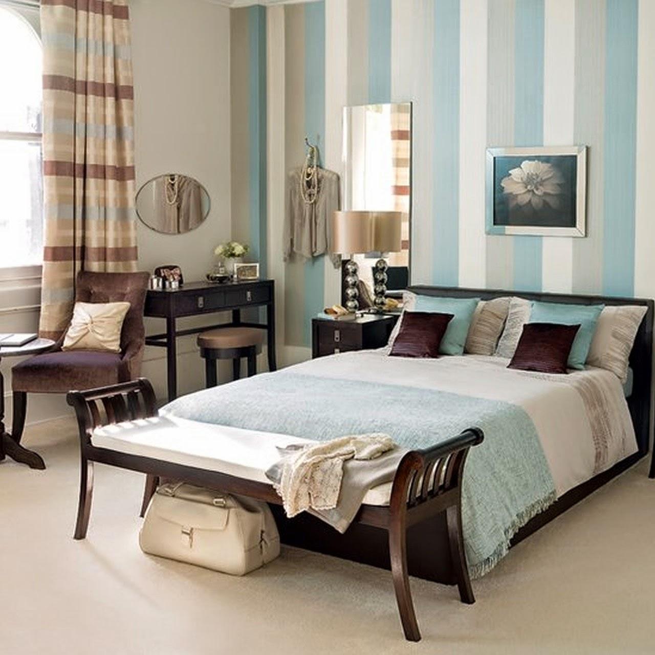 спальня в голубых оттенках: кровать с банкеткой и туалетный столик