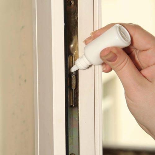 Смазывание дверных петель