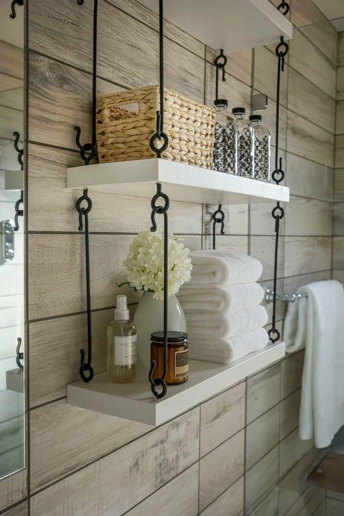 Подвесная полочка в винтажном стиле красиво вписалась в интерьер ванной