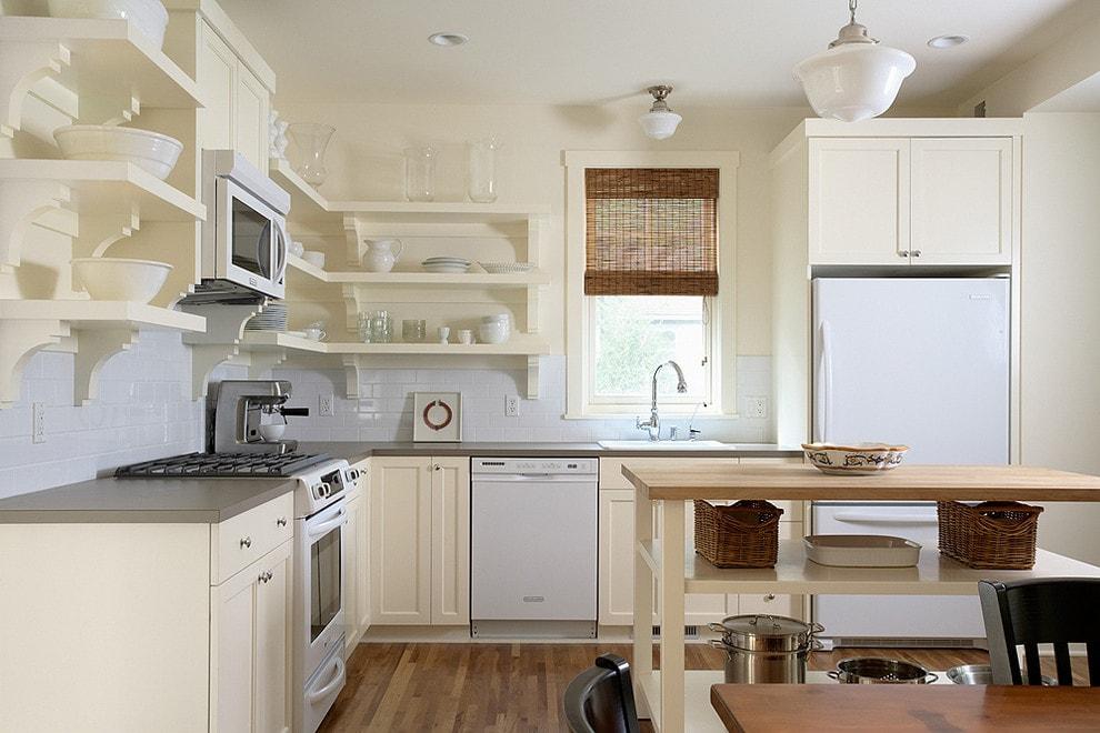 Деревянные полки на кухне