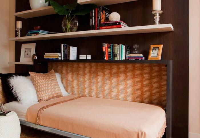 Небольшая полутораспальная кровать с механизмом подъема