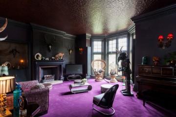 темная мебель и яркие краски
