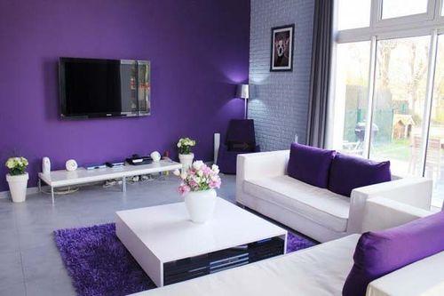 Контрастные фиолетовые обои для гостиной с белой мебелью