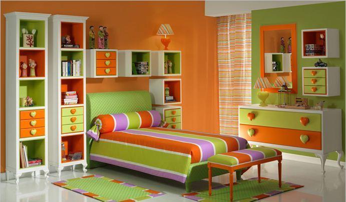 Оранжевые обои объединяют весь интерьер