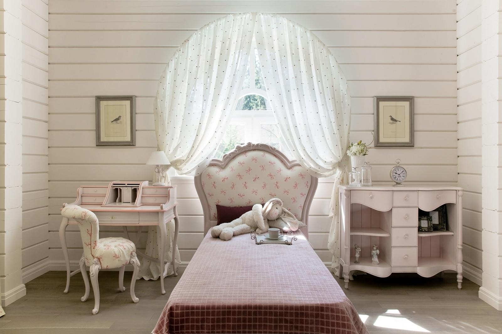 Изящная мебель в детской в стиле прованс
