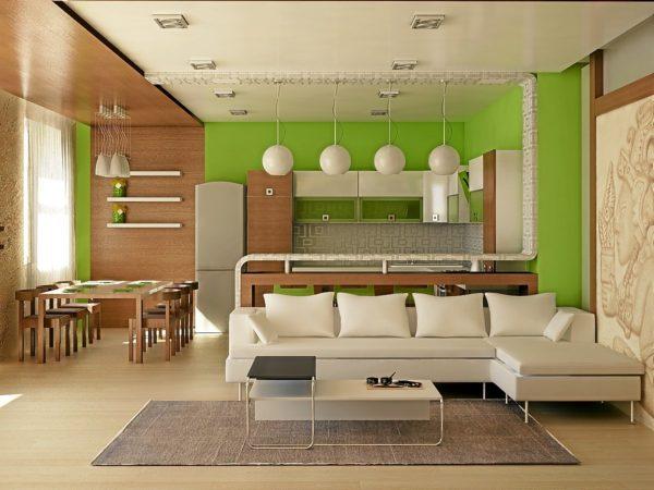 Пестрая гостиная-кухня с белой мягкой мебелью