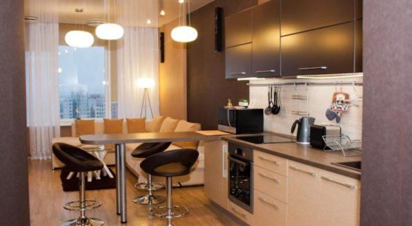 Бежево-коричневое оформление гостиной-кухни