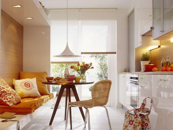 Уютный кухонный интерьер с возможностью отдыха: фото дизайна кухни 12 кв. м с диваном