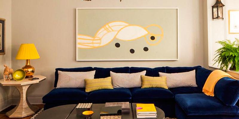синий угловой диван, интерьер
