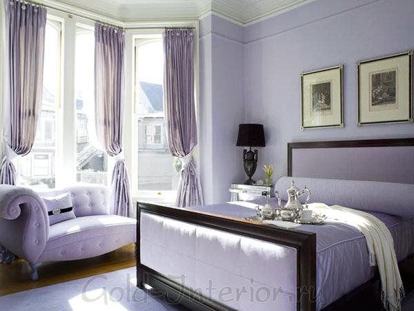 Светло-сиреневый диван в интерьере спальни