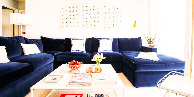 темно-синий диван, интерьер