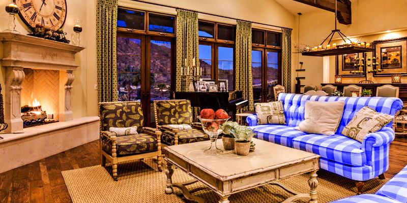интерьер кантри, синий клетчатый диван, деревянный гарнитур