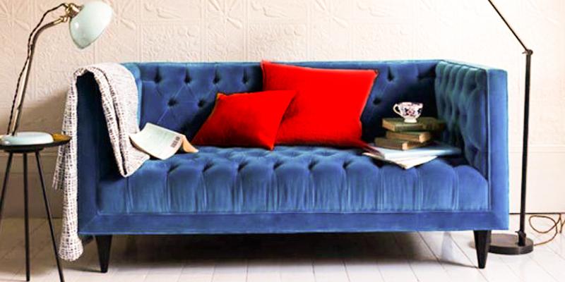 синий диван, красные подушки