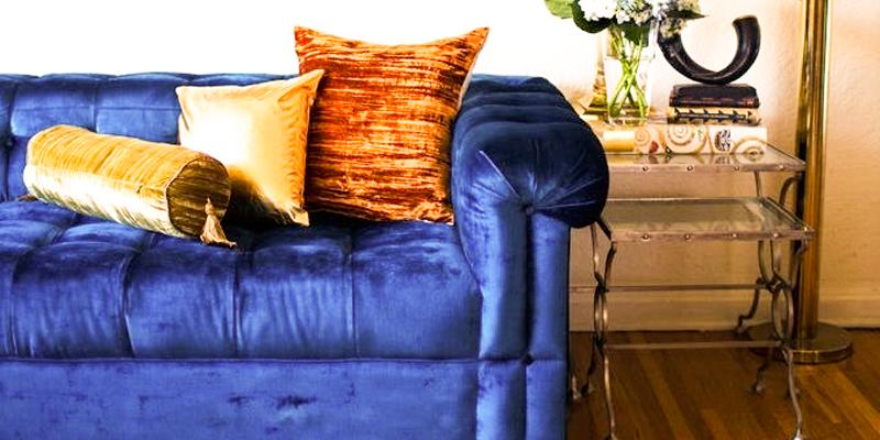 темно-синий диван, ярко-желтые подушки