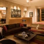 коричневый диван с яркими подушками