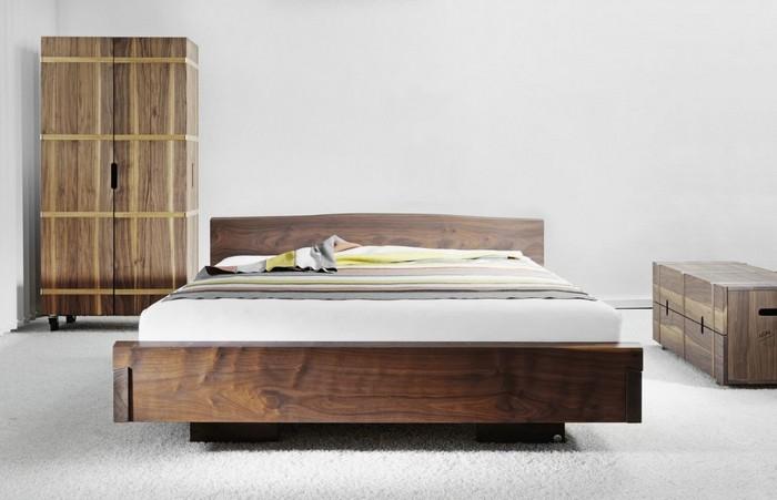Кровать из натурального дерева в спальне