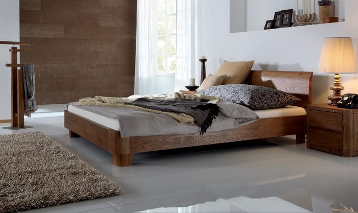 Низкая массивная кровать из натурального дерева