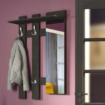 Зеркало рядом с вешалкой