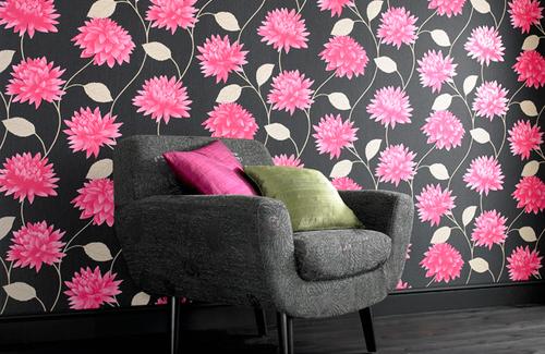 Обои с розовыми цветами на темном фоне очень популярны среди дизайнеров
