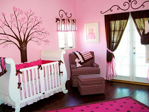 На фото - коричневые шторы отлично вписываются в розовое оформление комнаты