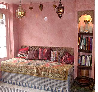 Светло-розовые стены – одна из отличительных особенностей марокканского стиля