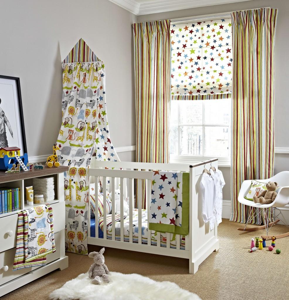 Добавив к римским шторам портьеры или гардины вы сможете легко регулировать освещенность детской комнаты