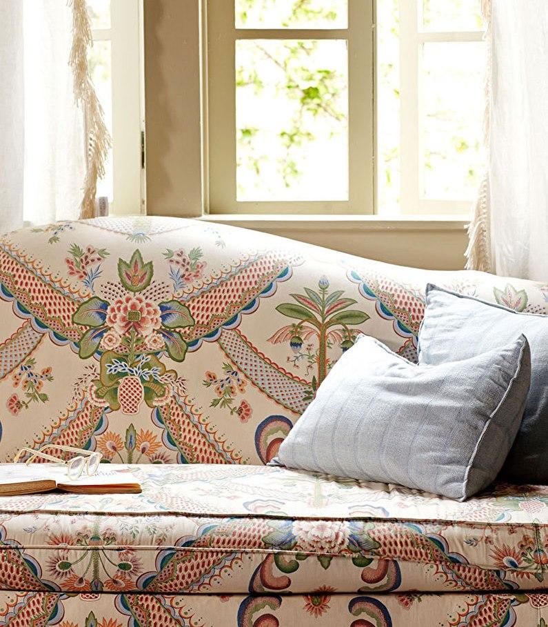 Декоративные подушки на диване с пестрой обивкой