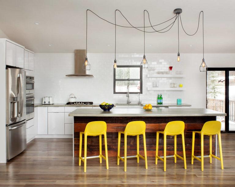 Лампочки на шнурах в интерьере кухни с открытыми полками