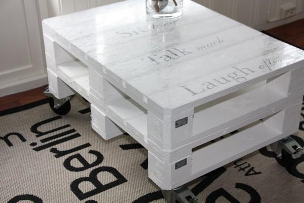 Журнальный столик из поддонов на колесиках