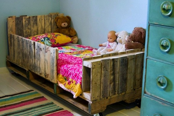Детская кровать из деревянных поддонов