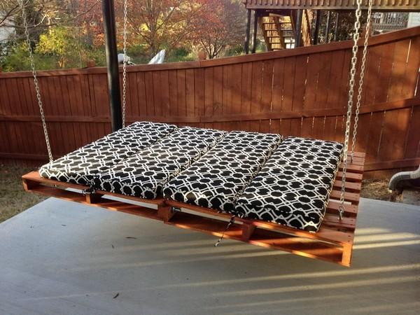 Кровать из поддонов подвесная фото