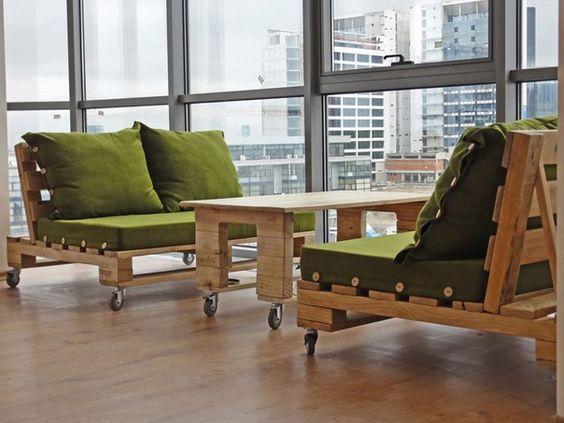стильные деревянные диваны и стол на колесиках