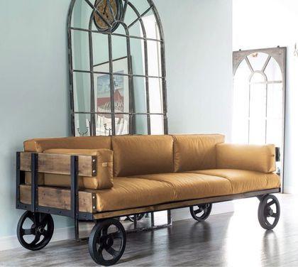 яркий диван на массивных колесах