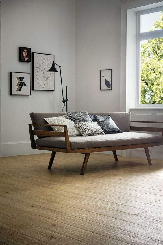 изящный серый диван с элементами дерева