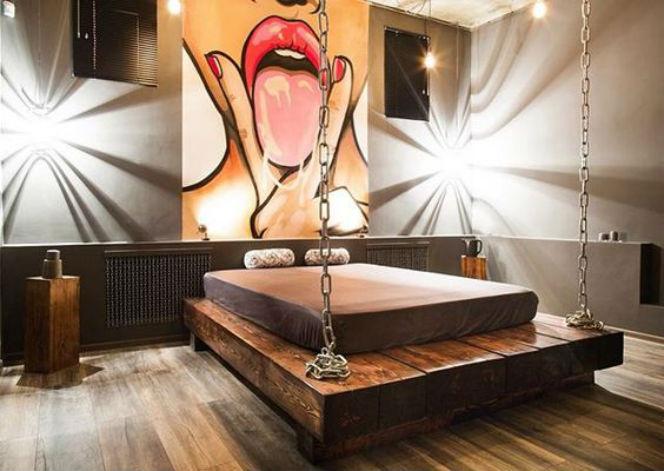 кровать на цепях в современном стиле
