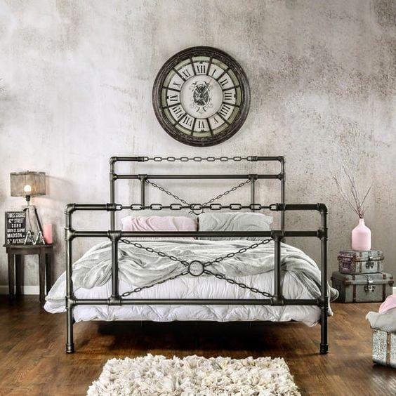 кровать из металлических труб и цепей