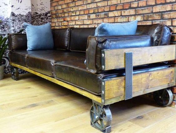брутальный кожаный диван с элементами дерева на металлических колесах