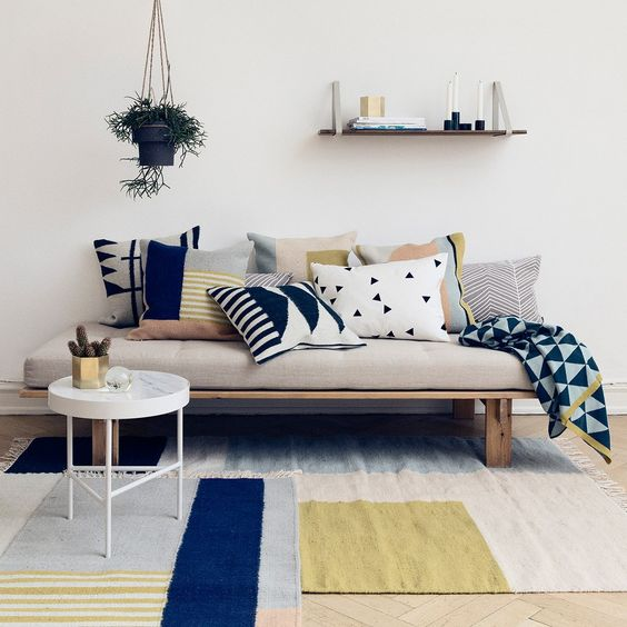 уютная гостиная с диваном в промышленном стиле