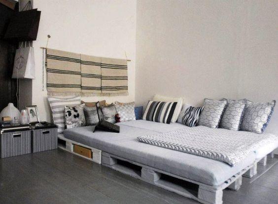 функциональная кровать на деревянных поддонах