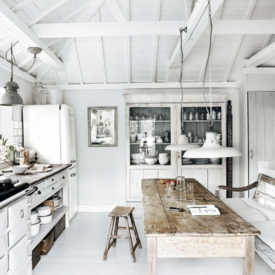 массивный кухонный стол из состаренного дерева