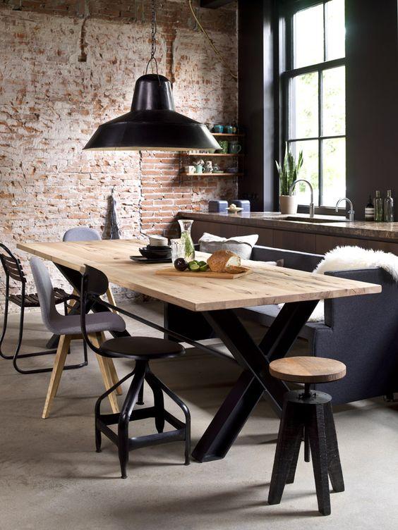 грубая отделка стола на фоне кирпичной стены - современный дизайн кухни