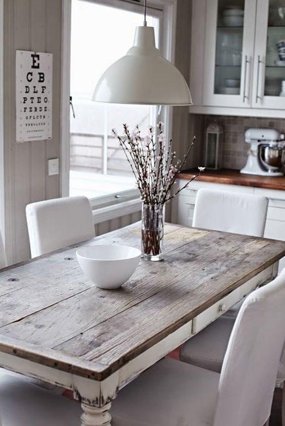 светлый кухонный стол из старых досок