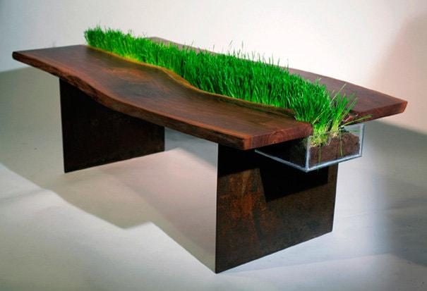яркий стол из пласта дерева