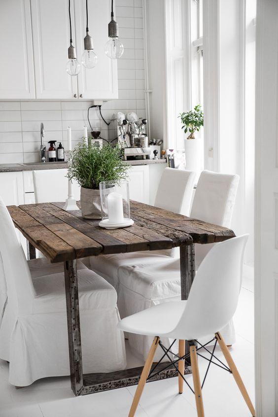 неожиданное сочетание грубого состаренного стола с классической белой кухней