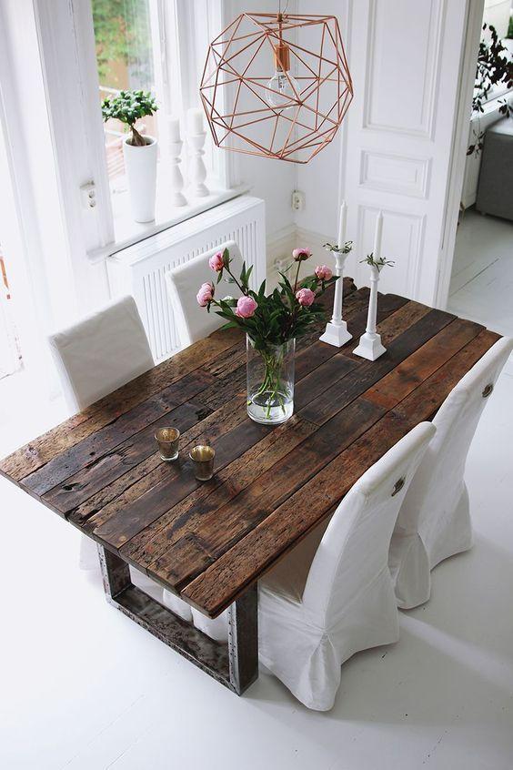 стол в промышленном стиле в интерьере светлой кухни
