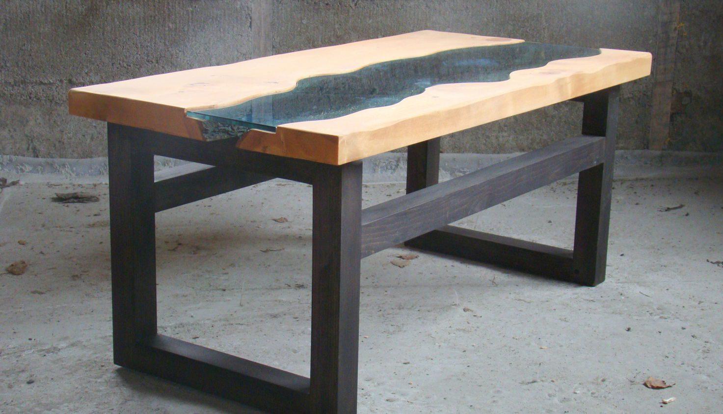 необычный стол из стекла и дерева