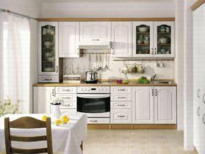 небольшая кухня с белой мебелью